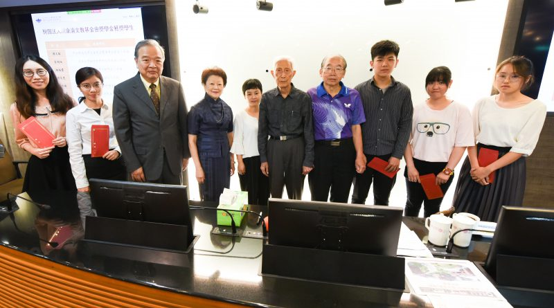 頒發川康渝文教基金會107年度獎學金